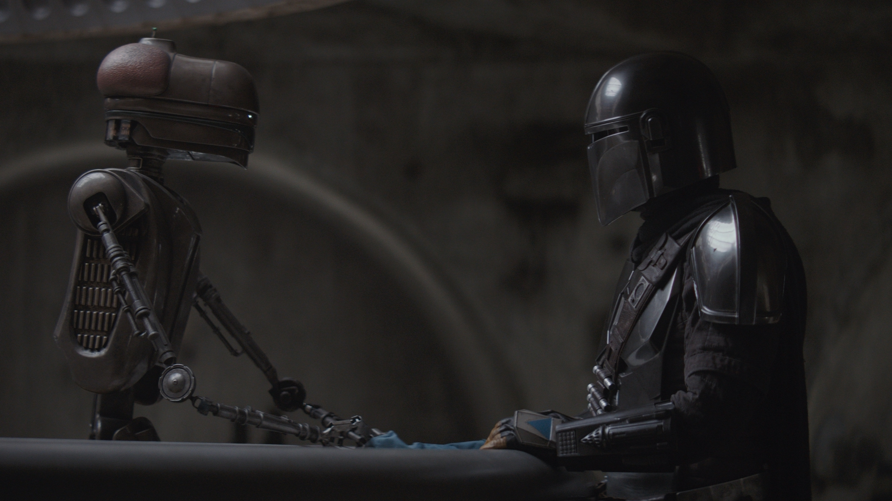 The-Mandalorian-Star-Wars-Serien-Blog-Bericht-Mando-und-Roboter-in-Cantina-Bar