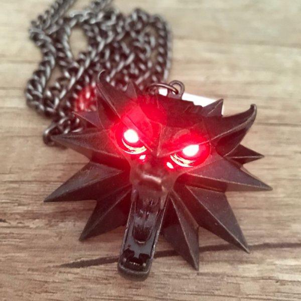 The Witcher 3 Wild Hunt Geralt von Riva Kette mit LED Beleuchtung Rot